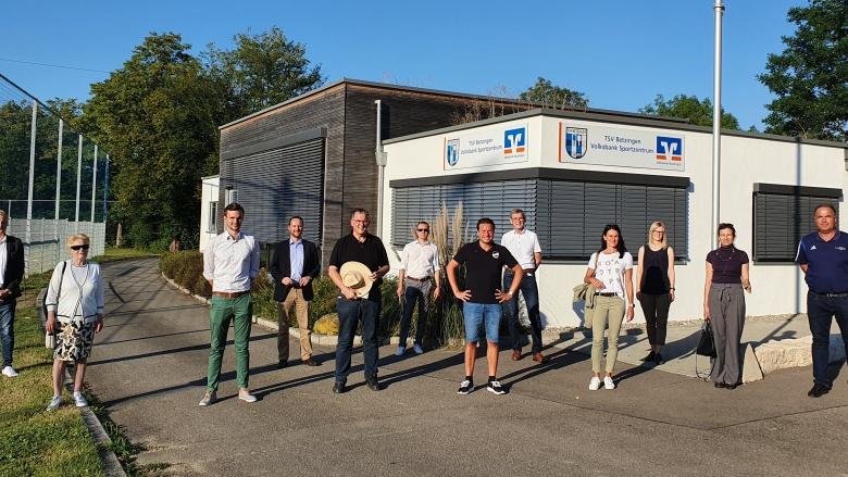 Die Mitglieder des LFA Sport und Ehrenamt vor der Geschäftsstelle des TSV Betzingen e.V.
